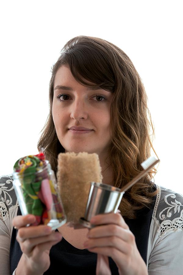 Cristal Muniz mostra alguns objetos de sua vida lixo zero: o acúmulo de resíduos que cabe em um pote, bucha e escova de dentes vegetais e um copo de alumínio reutilizável
