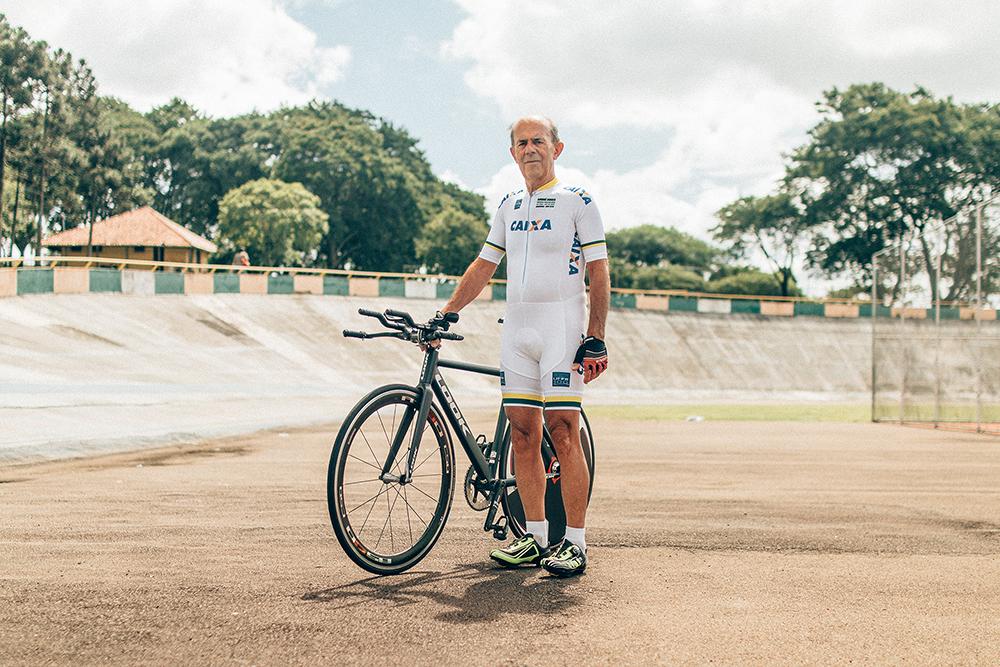 MISSÃO CUMPRIDA: André posa com sua bike no velódromo de Curitiba