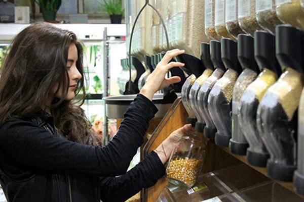 Lauren Singer compra produtos a granel no mercado