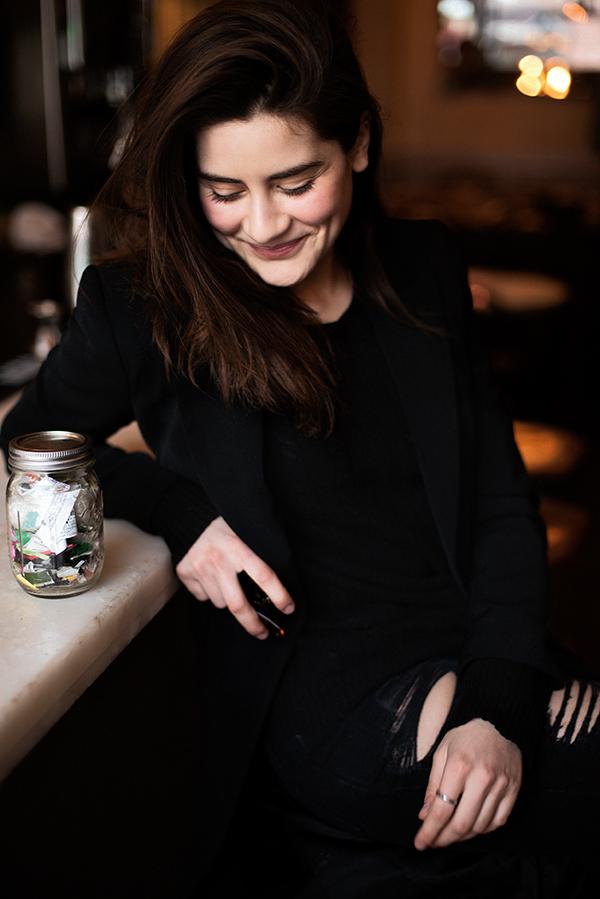 A norte-americana Lauren Singer e seu pote de lixo: tudo o que ela descartou em dois anos coube no pequeno pote de vidro