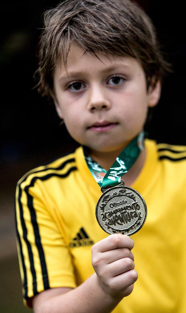 AVENTUREIRO: Theodoro exibe, orgulhoso, sua medalha de acampante