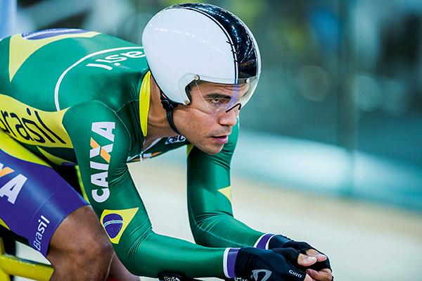 FOGUETE BRASILEIRO: O ciclista Gideoni Monteiro em ação na edição 2016 da Copa do Mundo de ciclismo de pista
