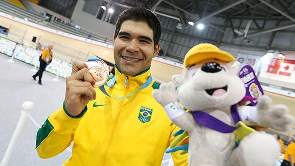 BRILHO NO CAMINHO: O brasileiro celebra a conquista do bronze no Pan de 2015 (Foto: Divulgação/COB)