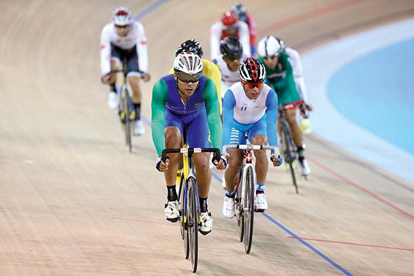 PUXANDO O PELOTE: Gideoni dita o ritmo durante etapa da omnium nos Jogos Pan-Americanos de Toronto, no Canadá (Foto: Saulo Cruz/Exemplus/COB)