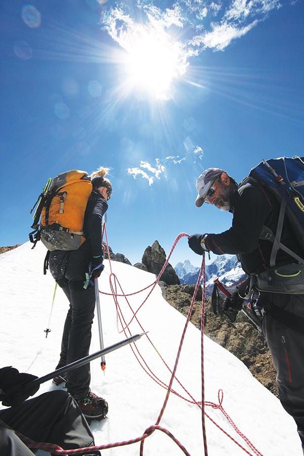 METADE DO CAMINHO: A equipe dá uma pausa no cume do Diablo (5.380 metros) antes de seguir para Jahuacocha