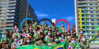Atletas brasileiros participaram de desfile simbólico na Vila Olímpica