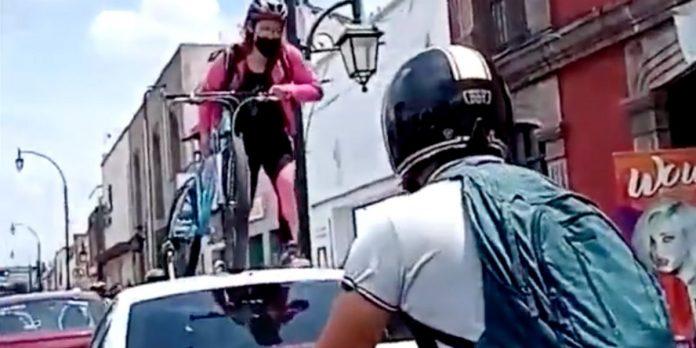 Ciclista passa por cima de veículo estacionado irregularmente