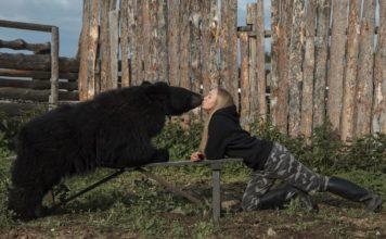 Essa mulher adotou um urso-pardo e viralizou nas redes sociais