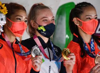 Eslovena Janja Garnbret confirmou favoritismo e levou ouro na estreia da escalada esportiva; Japão ficou com prata e bronze