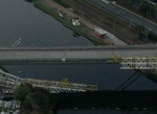 Ponte metálica do metrô caiu no rio Pinheiros e duas pessoas ficam feridas
