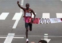 Kipchoge conduziu pelotão pelas ruas de Sapporo e conquistou bicampeonato olímpico em 2h08m38s