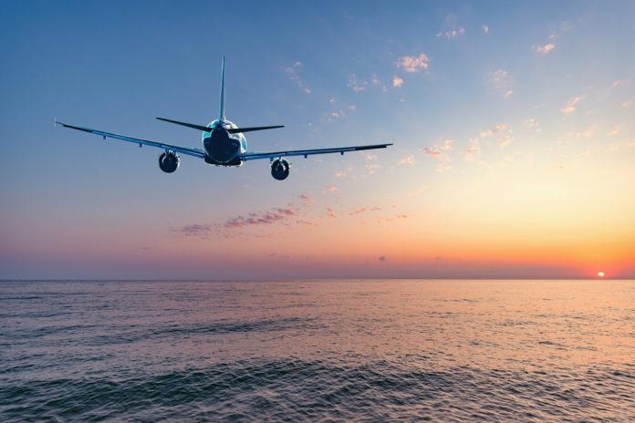 Avião sobrevoando a água: existe risco?