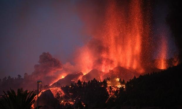 Pessoas evacuam Ilhas Canárias enquanto erupção de vulcão continua
