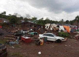 Tornado em SC gera destruição no oeste, com ventos de 90 km/h