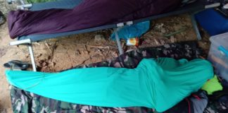 Homem se veste de fantasma ao acampar