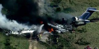 Avião cai e pega fogo nos EUA e todos os 21 passageiros sobrevivem