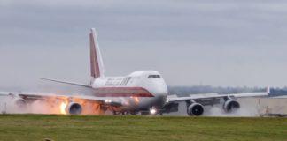 Avião de carga pega fogo ao pousar