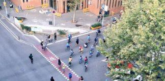 Crianças formam 'bonde' de bicicletas para ir à escola