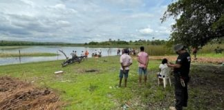Canoa afunda com 11 pessoas, mãe tenta salvar filha e ambas desaparecem