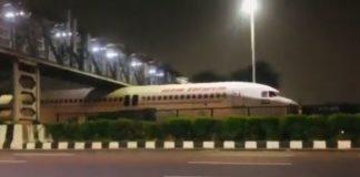 Avião fica preso embaixo de ponte