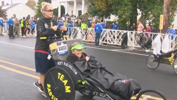 Filha empurra mãe em cadeira de rodas na maratona de Boston